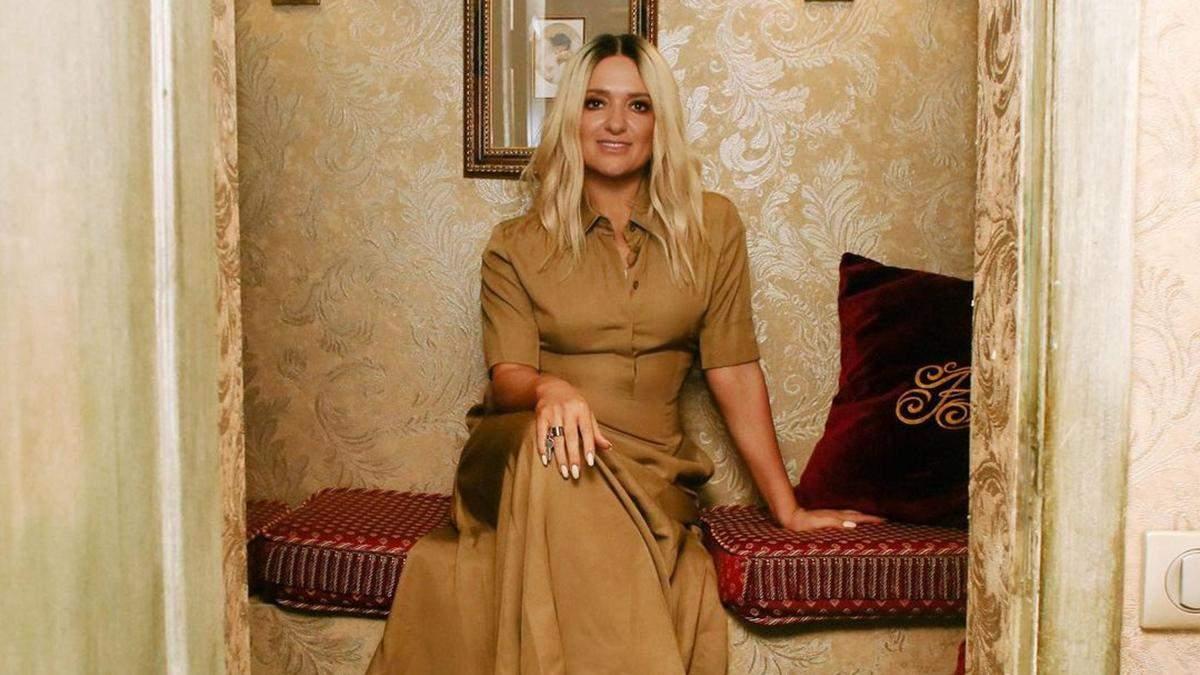 Наталія Могилевська позувала в карамельній сукні та кросівках: фото