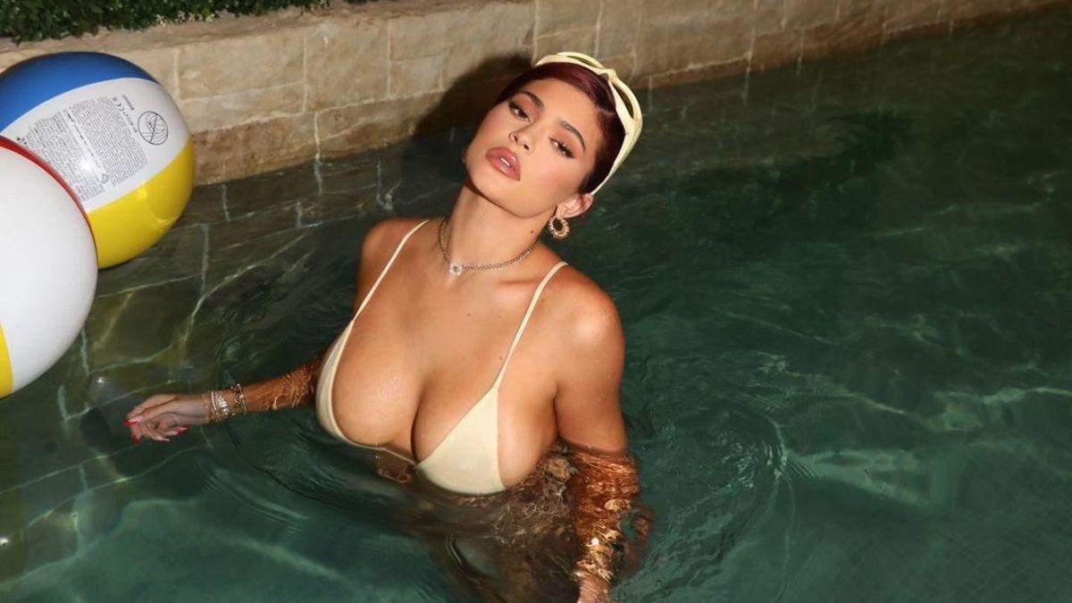 Кайлі Дженнер випнула пишні груди в купальнику: спекотне фото