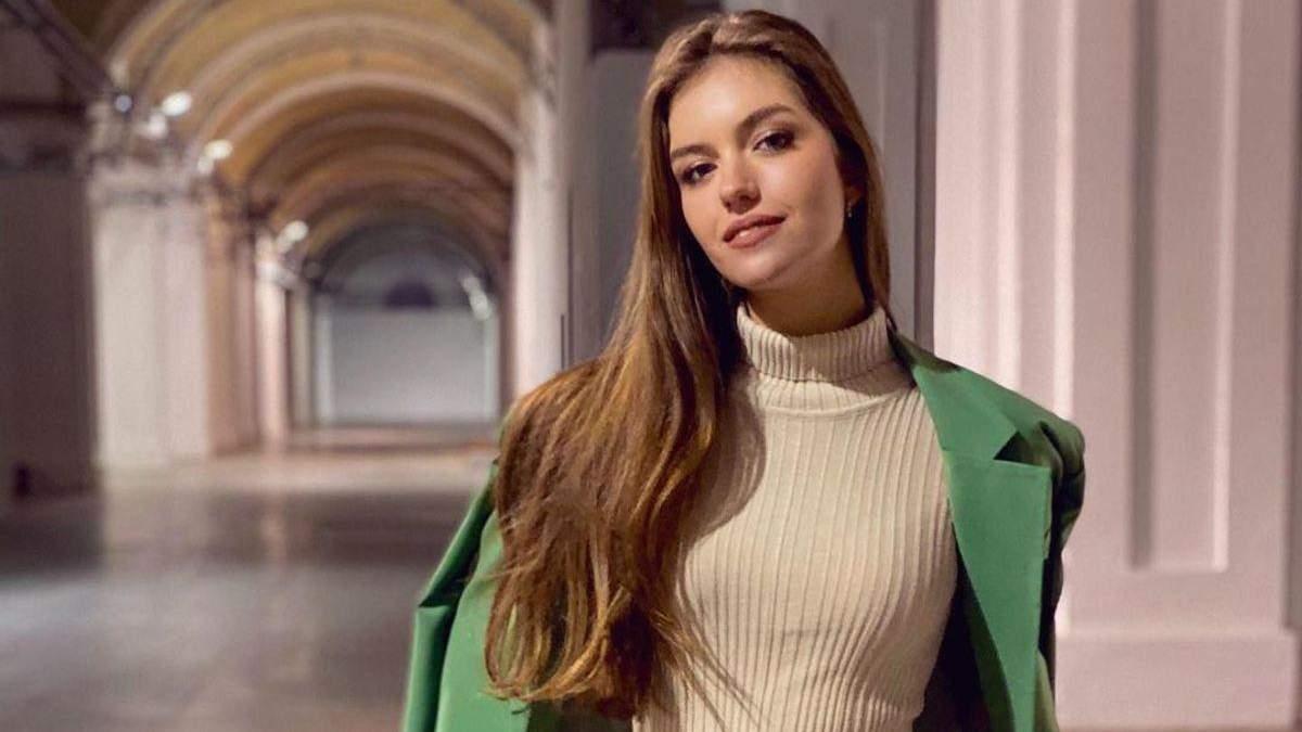 Жена Дмитрия Комарова показала стильный образ в зеленом костюме: фото