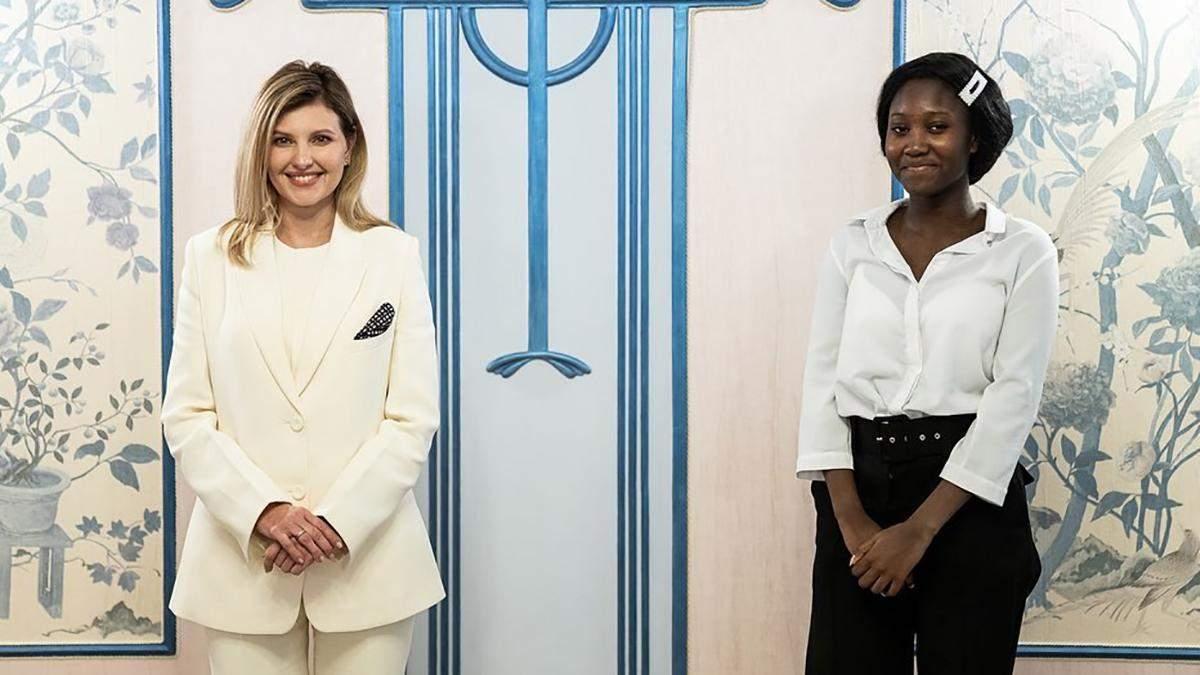 Олена Зеленська з'явилась на зустрічі в елегантному білому костюмі