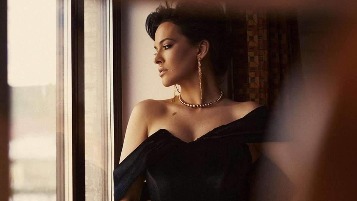 Даша Астафьева завела сеть соблазнительным образом в черном мини-платье: фото