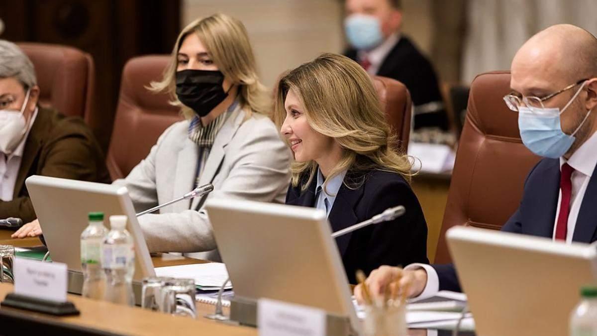 Елена Зеленская выбрала для заседания деловой образ: фото в жакете и с роскошной укладкой