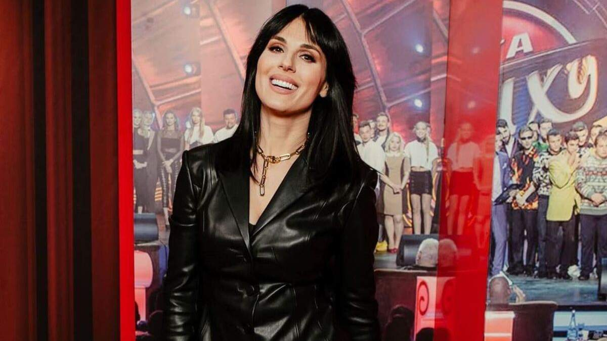 Маша Ефросинина поразила смелым образом в черном кожаном костюме: фото