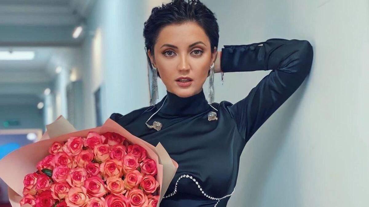Оля Цибульская покорила дерзким образом в черном костюме фото
