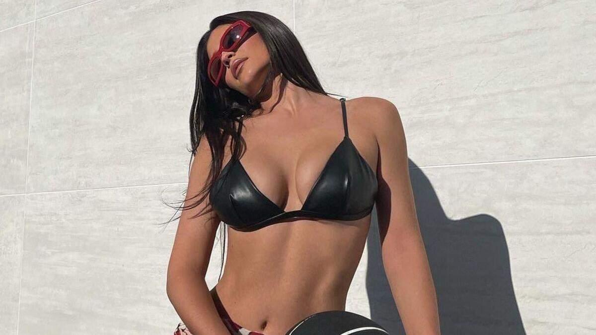 Обольстительная Кайли Дженнер выпятила пышные формы в бюстгальтере: горячее фото