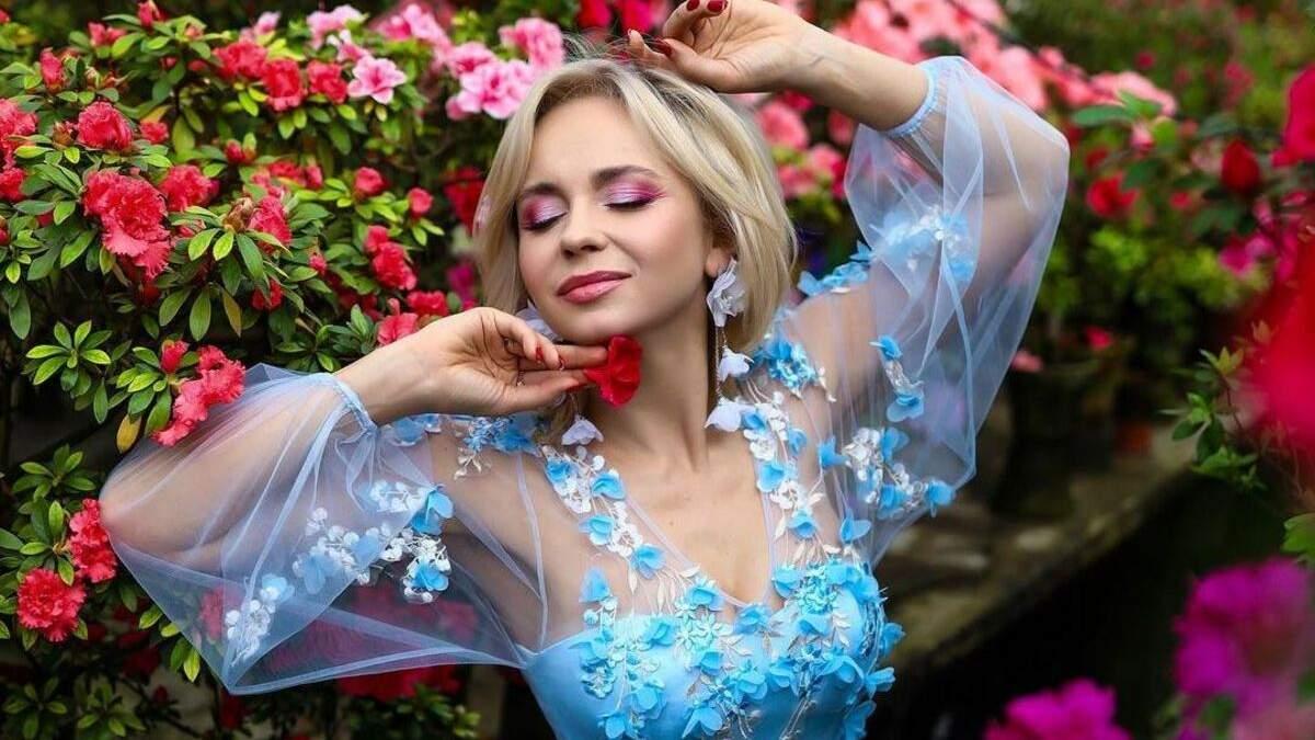 Лилия Ребрик захватила фотосессией среди цветов фото в голубом платье