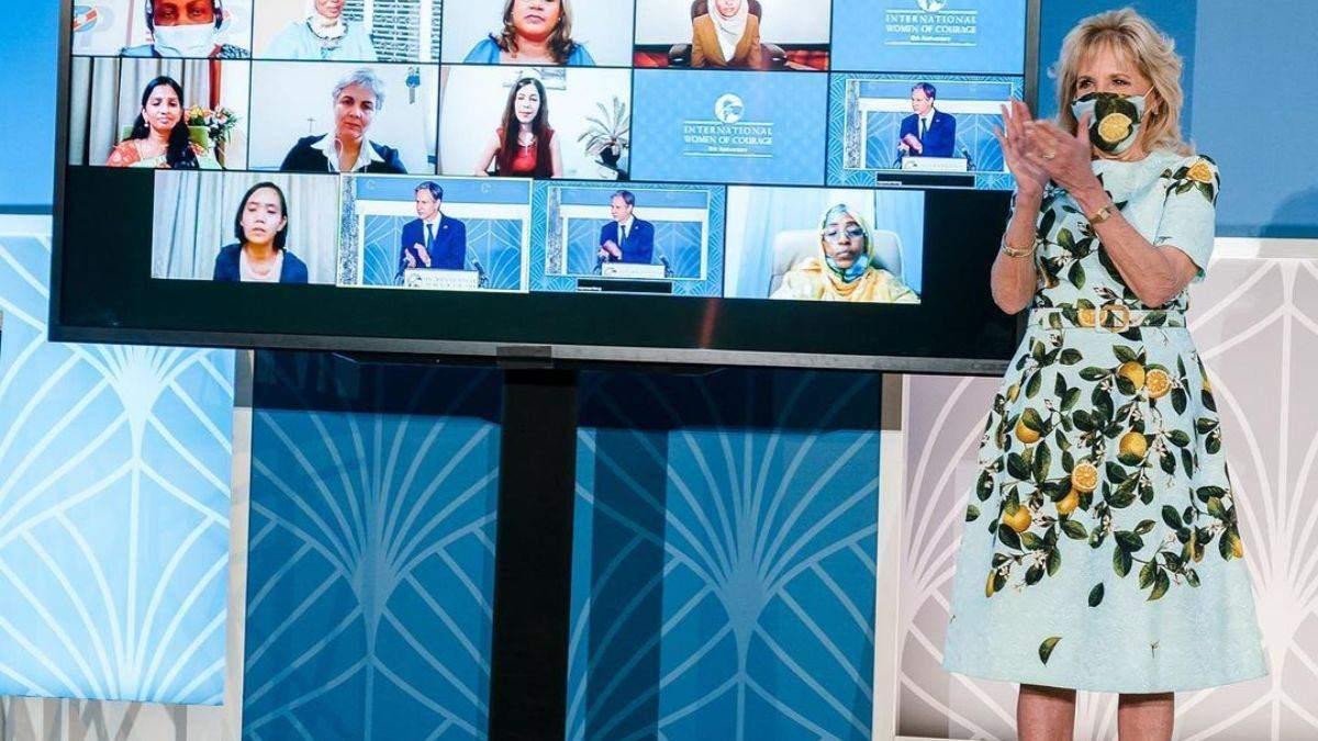 Джилл Байден підкорила образом у сукні з лимонним принтом: фото