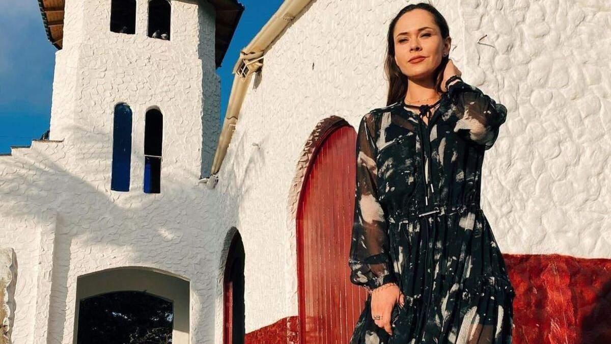 Юлия Санина показала нежный образ в черном платье и кроссовках фото