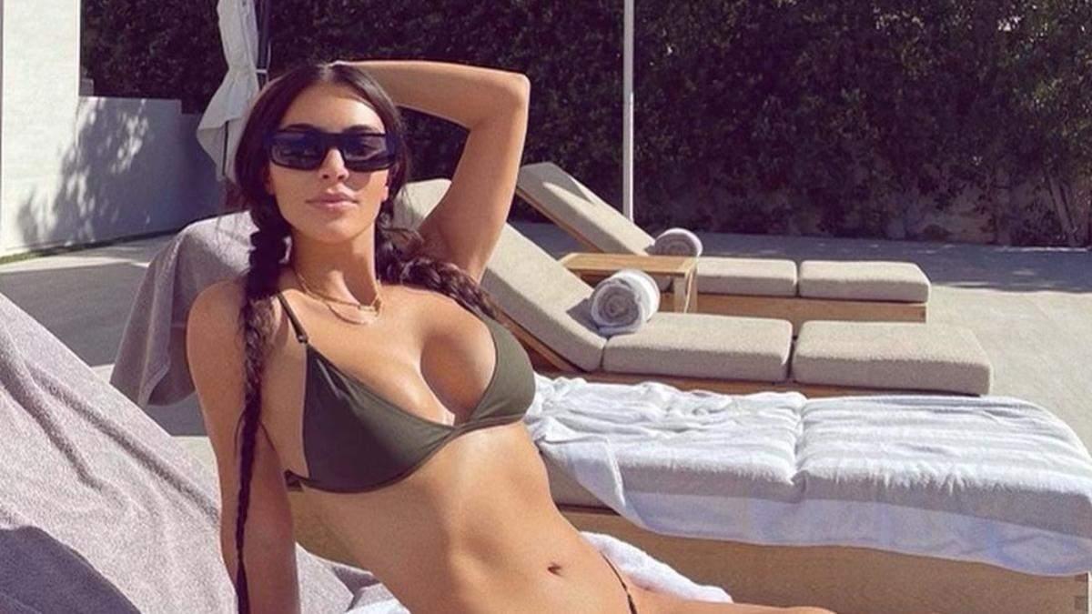 Ким Кардашян выпятила пышную грудь и ягодицы в бикини