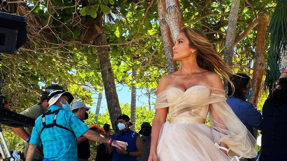 Дженнифер Лопес позировала в свадебном платье с декольте: фото