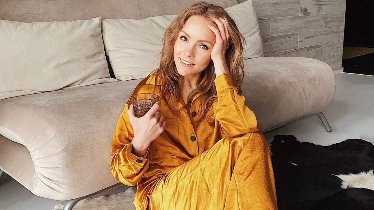 Олена Шоптенко показала домашній образ у помаранчевому костюмі: фото
