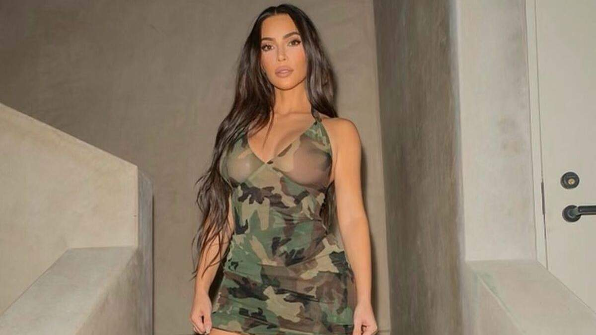 Кім Кардашян показала груди у вбранні з камуфляжним принтом: фото