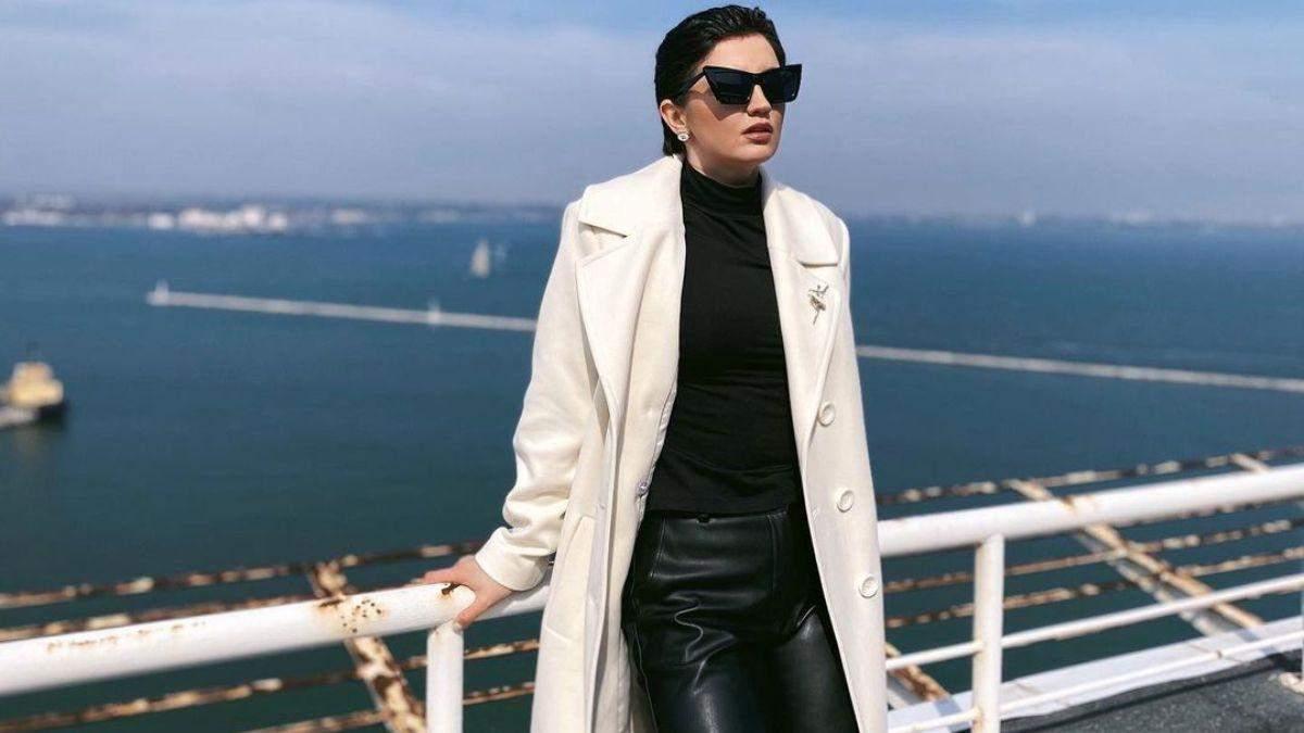 Оля Цибульская удивила образом в белом пальто на фоне моря: фото