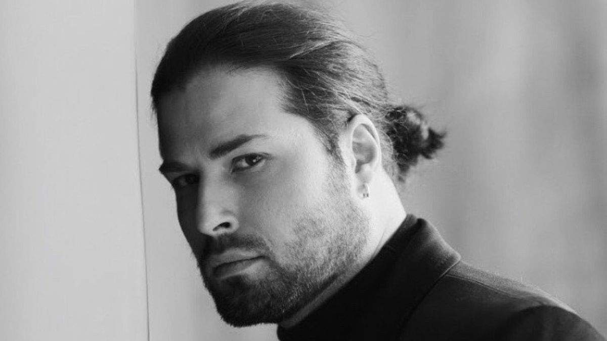Девід Аксельрод після COVID-19 залишився без волосся: фото