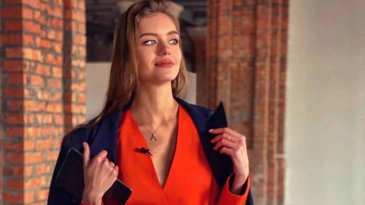 Дружина Комарова показала стильний образ у синьому пальті: фото