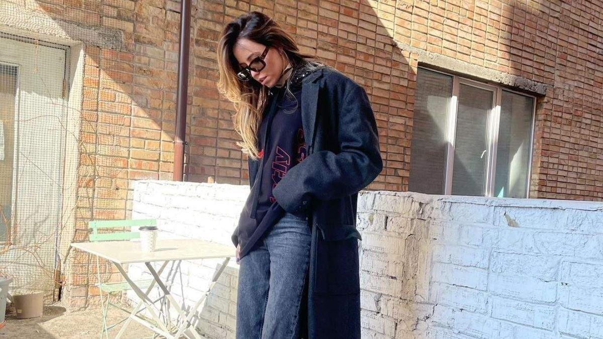 Надя Дорофеева покорила стильным образом в джинсах и пальто: фотосессия на строительстве