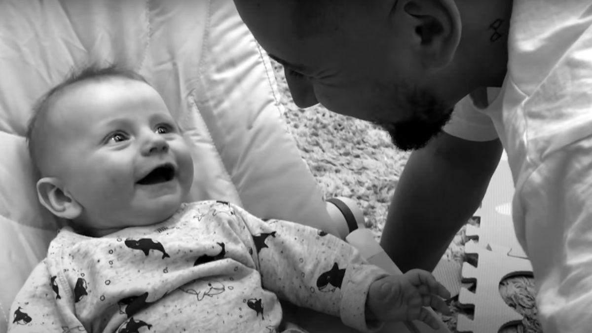 Монатик впервые показал лицо своих сыновей в новом клипе