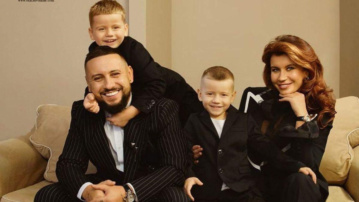 Монатік з дружиною та синами прикрасили обкладинку глянцю: фото