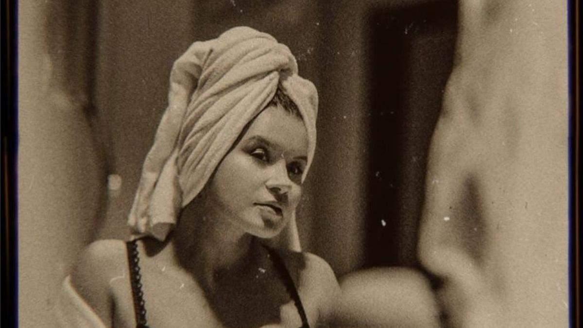 Дружина Монатіка позувала у ванній і ліжку: спокусливі фото