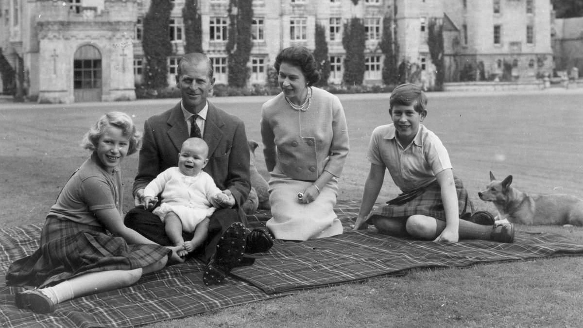 Принц Філіп помер: життя у фотографіях