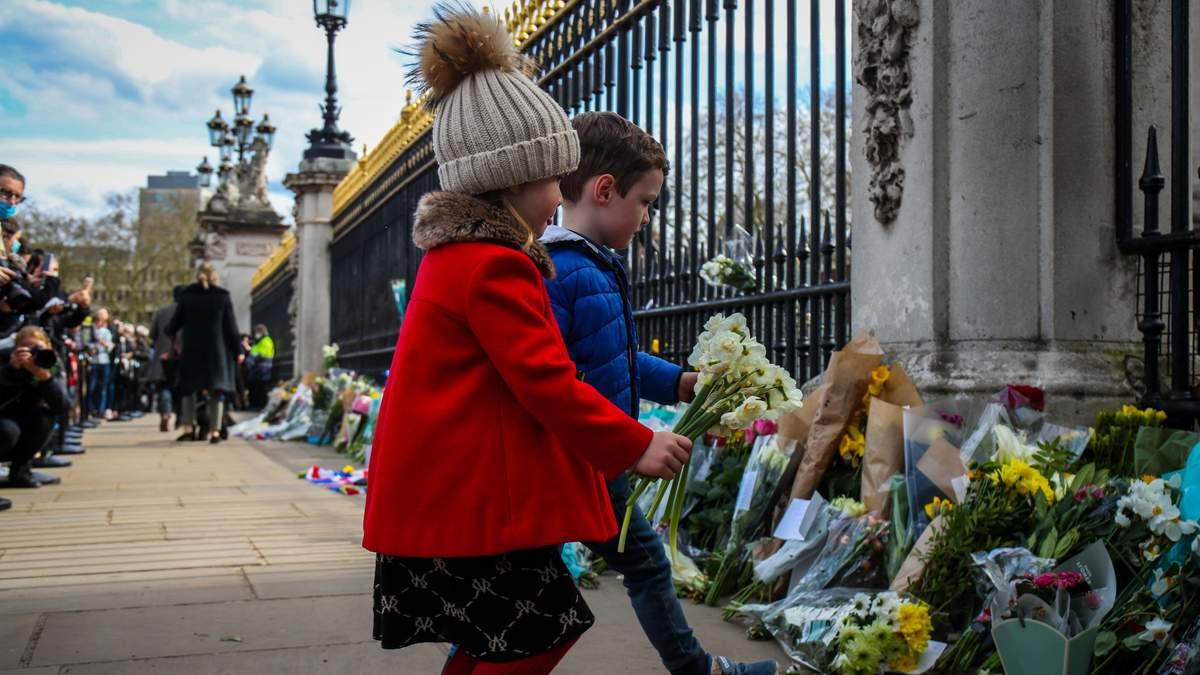 Британці покладають квіти у пам'ять про принца Філіпа