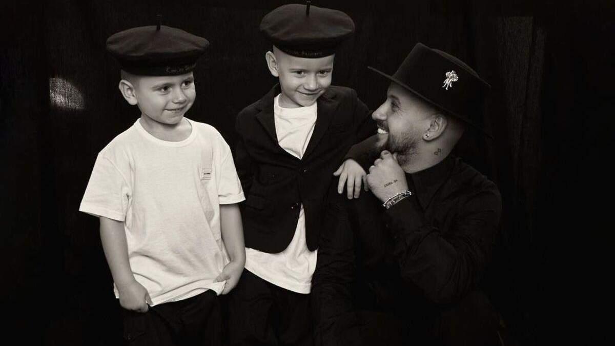В образі моряків: Монатік зачарував мережу новим фото з синами
