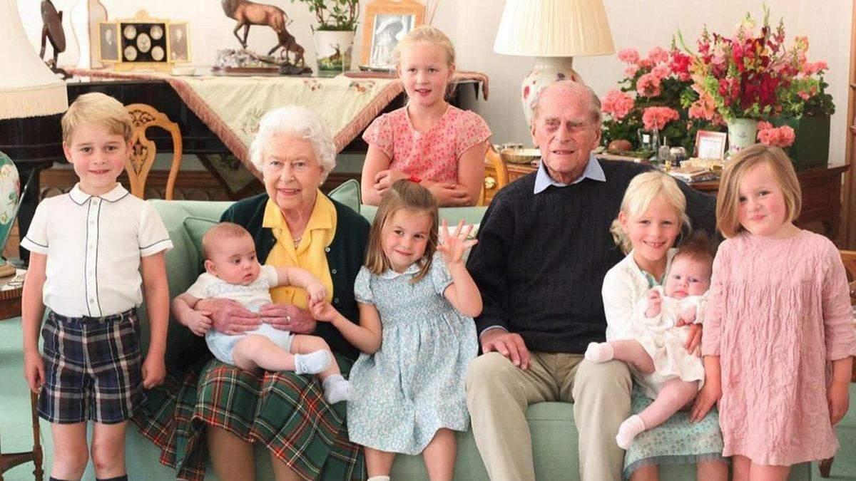Рідкісне фото Єлизавети ІІ і принца Філіпа з сімома правнуками