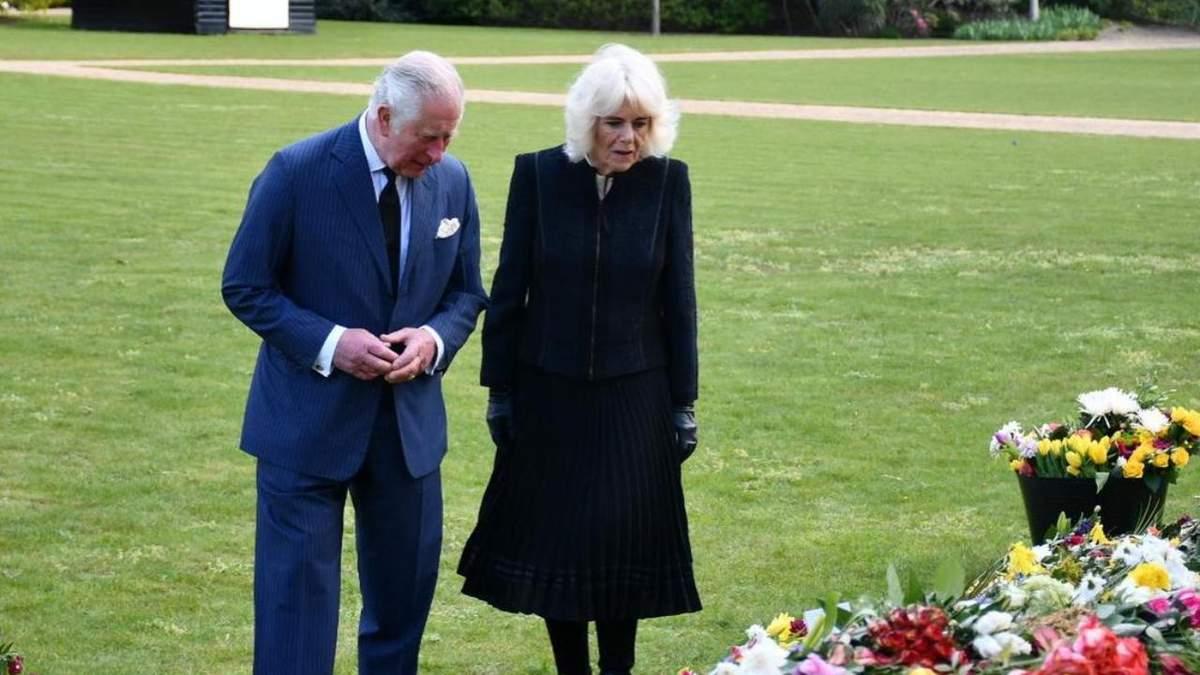 Скорбящие принц Чарльз с Камиллой прогулялись, чтобы увидеть подарки британцев для Филиппа