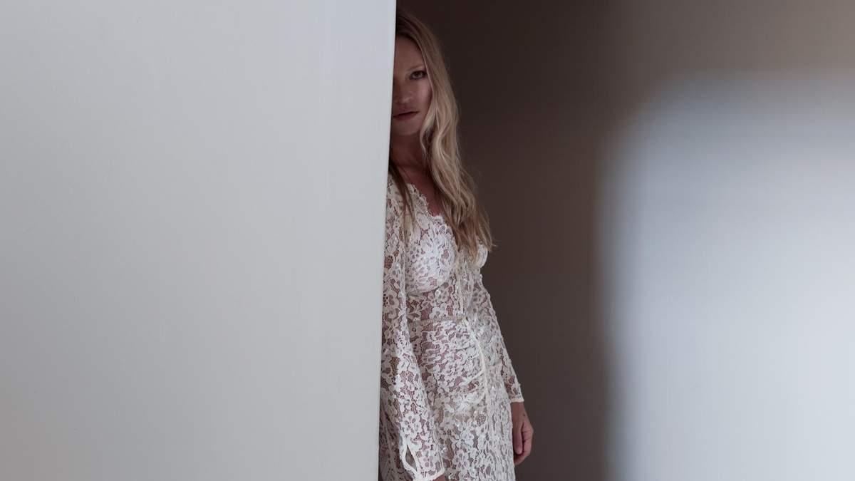 Кейт Мосс знялась в обтислій мереживній сукні: зірку підозрюють у вагітності