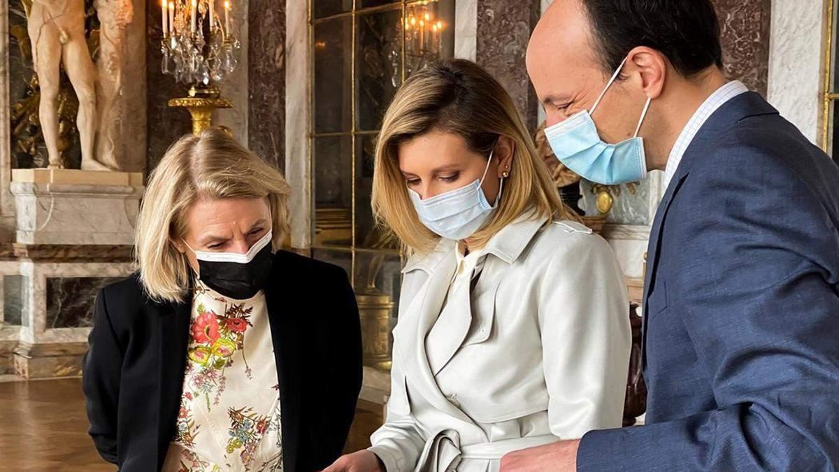 Олена Зеленська відвідала Версаль у стильному тренчі: фото нового виходу у Франції
