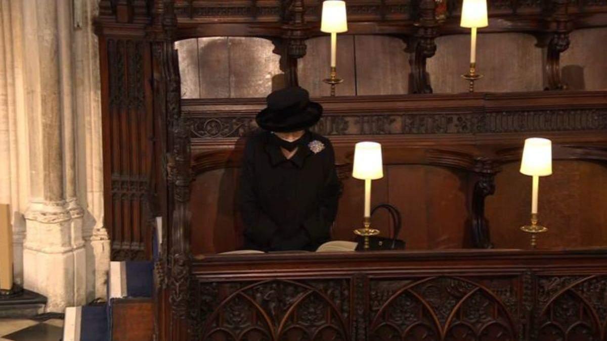 Мрачная и одинокая: королева Елизавета II попрощалась с любимым принцем Филиппом