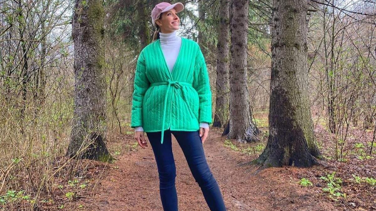 Катя Осадча показала яскравий образ у трендовій зеленій куртці: атмосферне фото з лісу