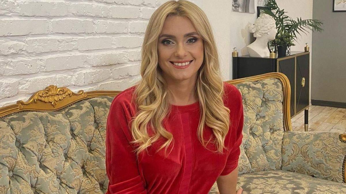 Ирина Федишин очаровала стильным повседневным образом в красной кофте: фото