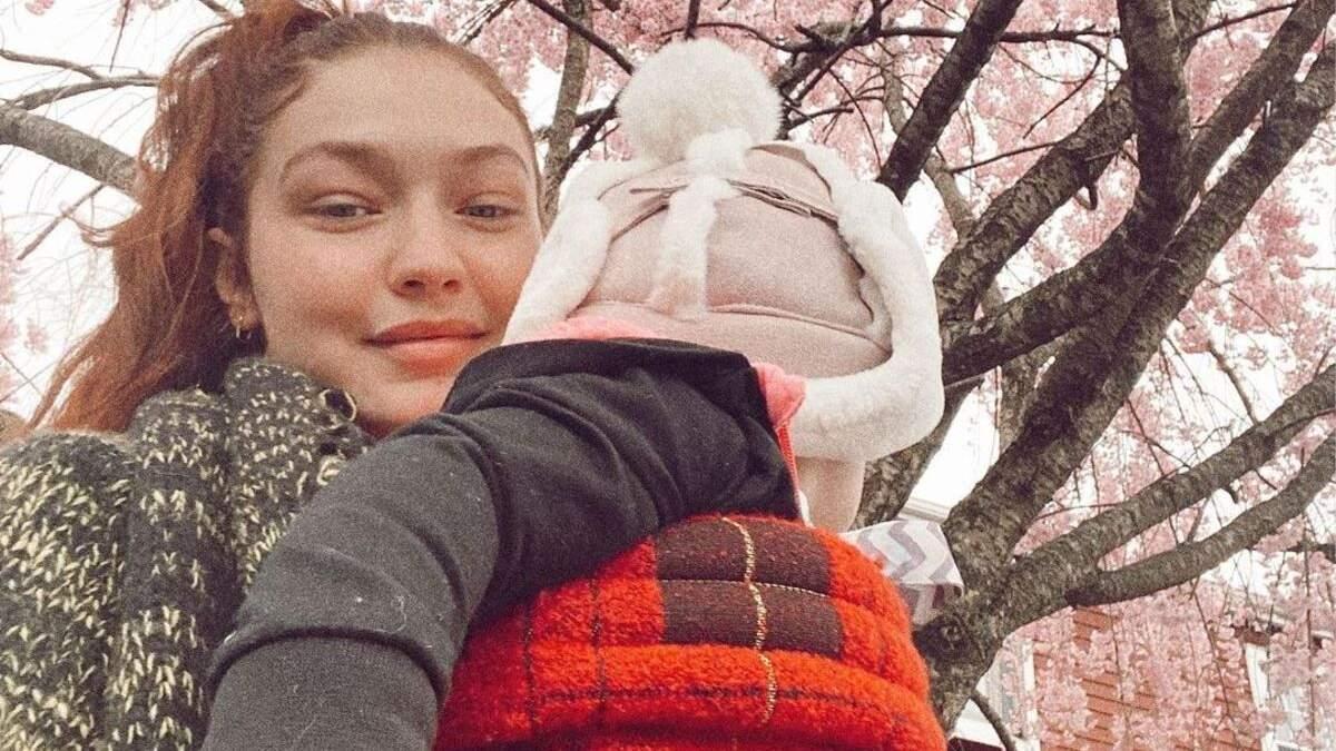 Джиджи Хадид поделилась миловидными фото дочери в костюме от Versace
