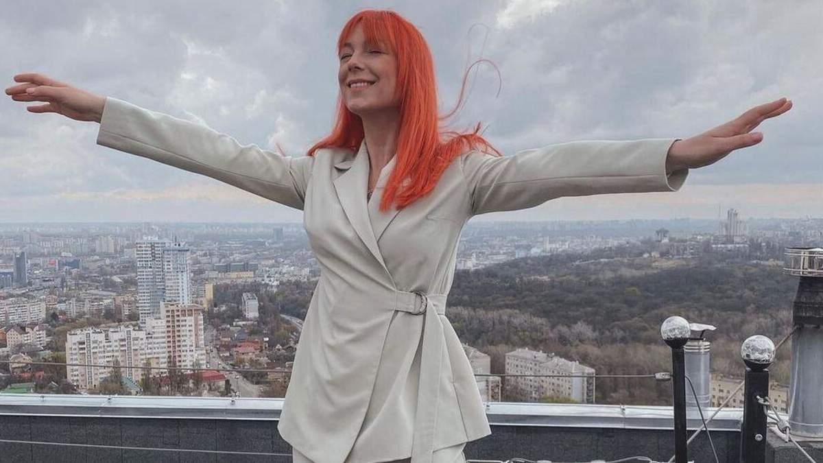 Світлана Тарабарова підкорила бездоганним образом у костюмі