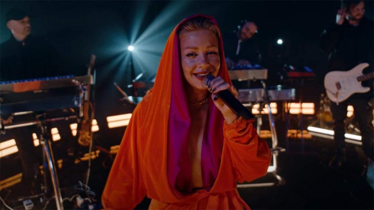 """У халаті з глибоким декольте: Тіна Кароль презентувала відео на пісню """"Красиво"""""""