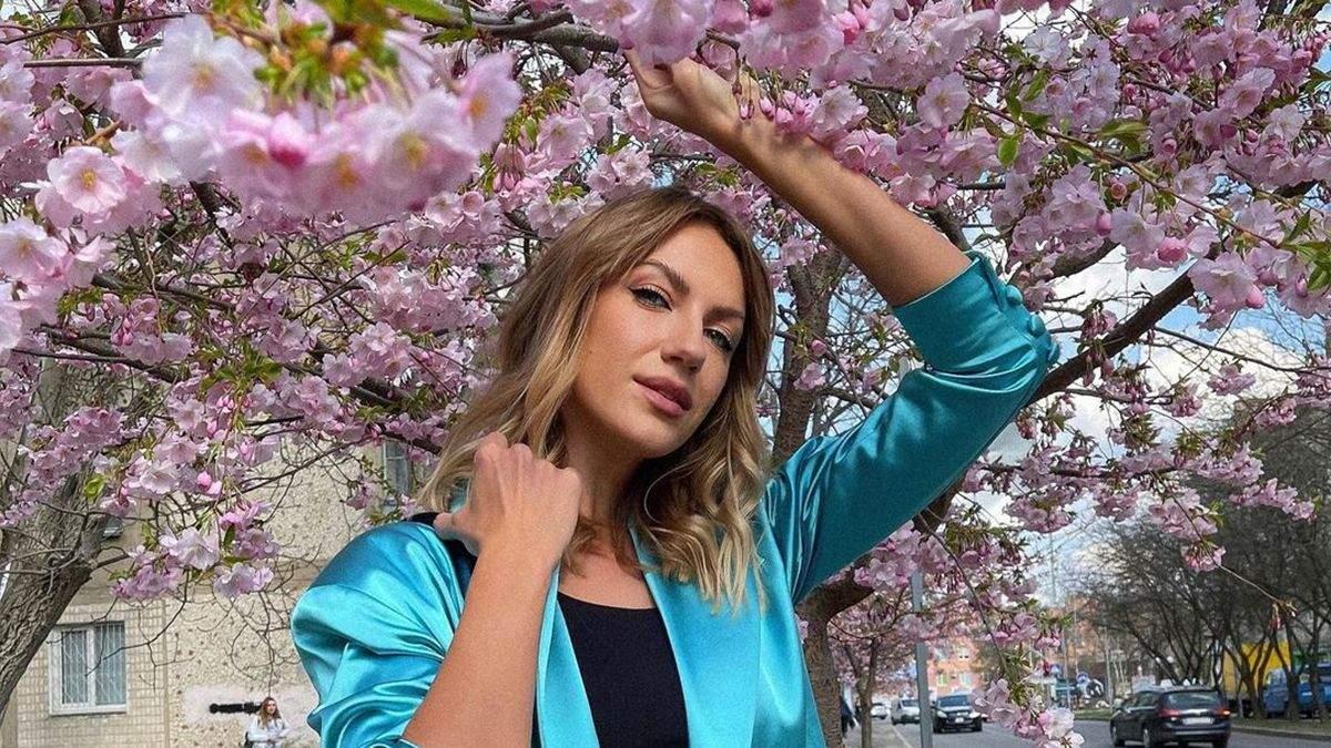 Леся Нікітюк показала образ у блакитному жакеті: фото на тлі сакур
