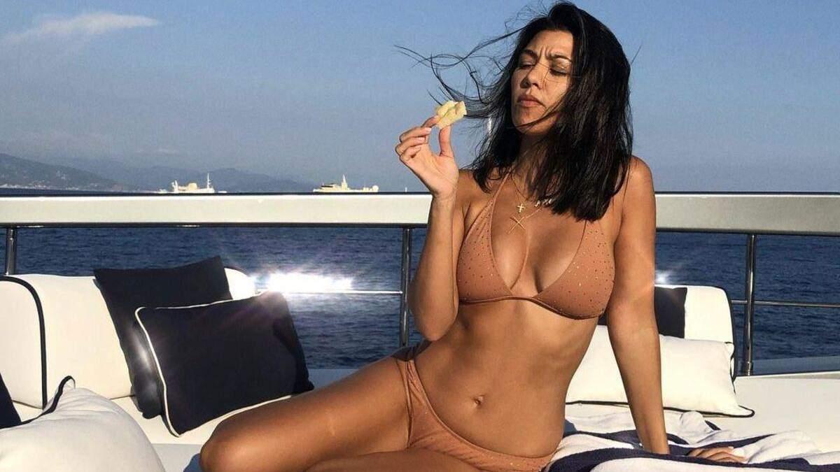 Кортни Кардашян захватила формами в блестящем бикини: эротическое фото