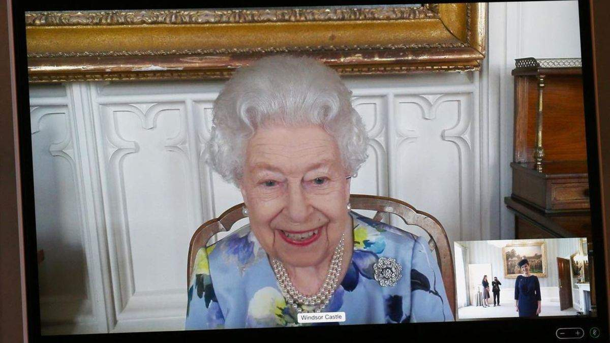 Елизавета II впервые появилась на публике после потери мужа