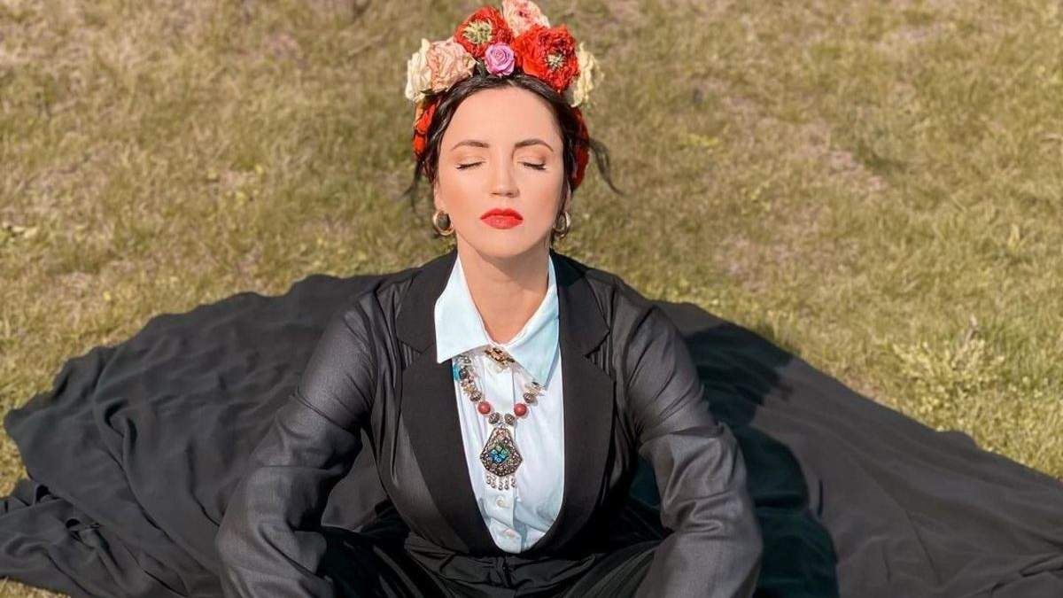 Оля Цибульская поразила стильным образом с венком: эффектные кадры