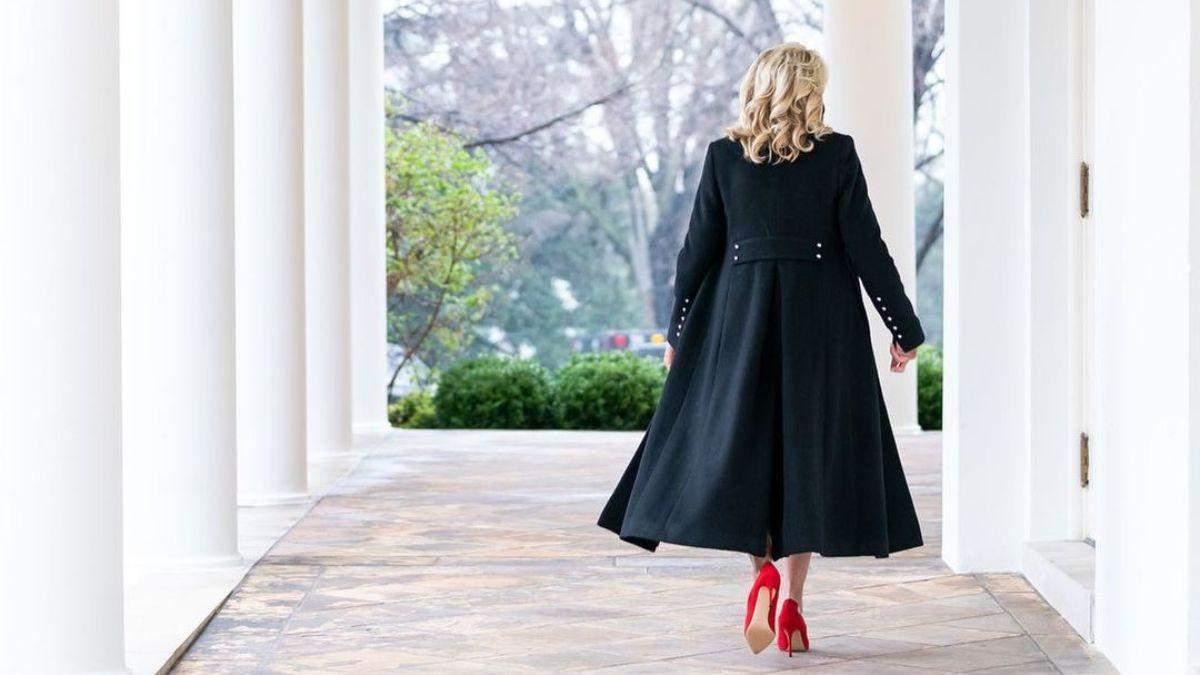 Джилл Байден поразила роскошным образом в черном пальто: фото
