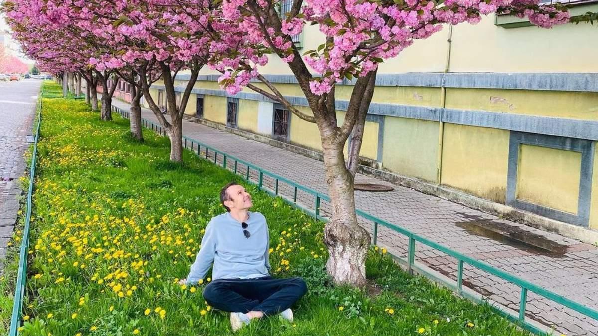 Рожевий цвіт сакур: Святослав Вакарчук показав неймовірні пейзажі Мукачева