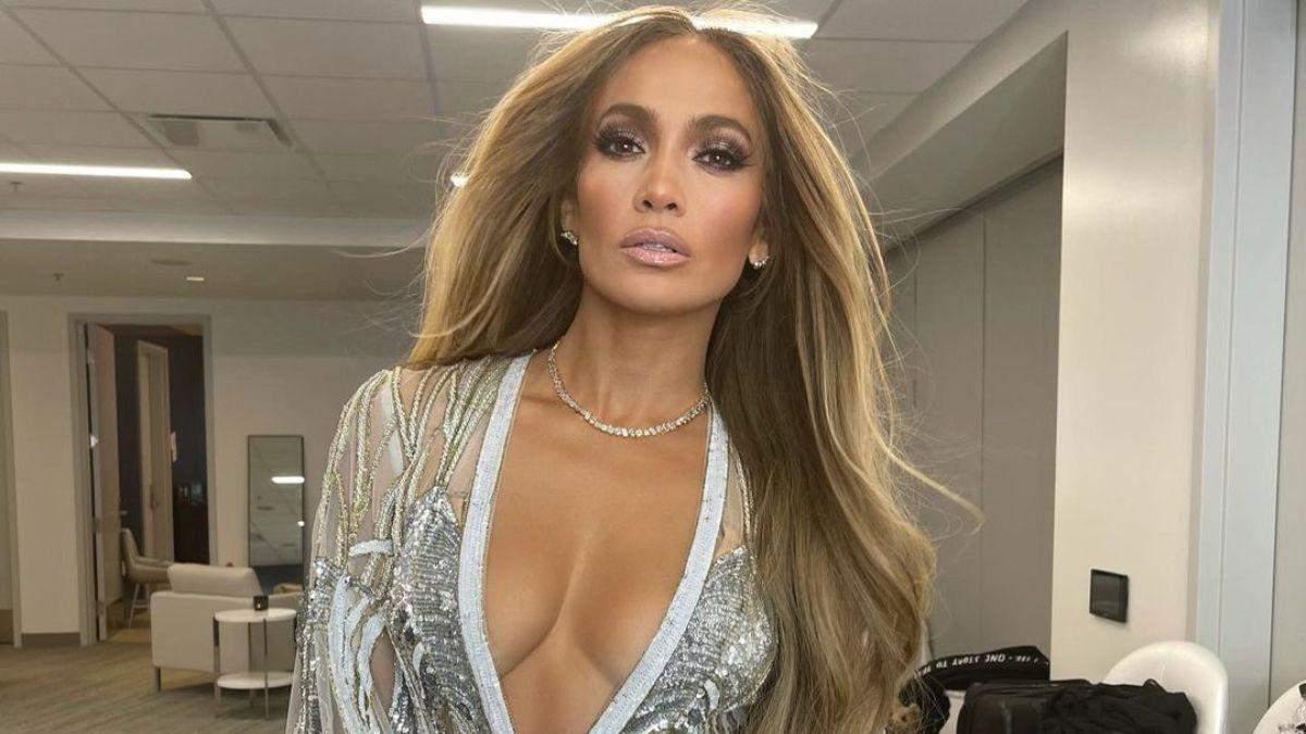 Дженніфер Лопес похизувалася грудьми у блискучому комбінезоні з декольте: фото співачки