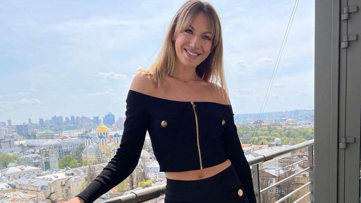 Леся Нікітюк підкорила стильним образом у чорному костюмі: ефектні фото на тлі міста