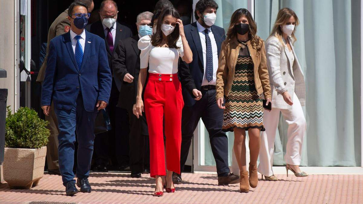 Королева Летиція приголомшила яскравим образом у червоних штанах: фото