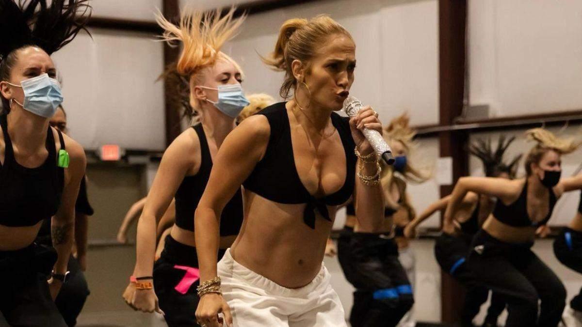 Дженніфер Лопес у надзвичайно відвертому топі показала репетицію: фото
