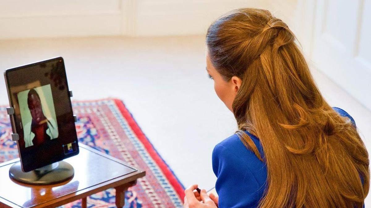 Кейт Міддлтон позувала в синьому жакеті та класичних штанах: фото