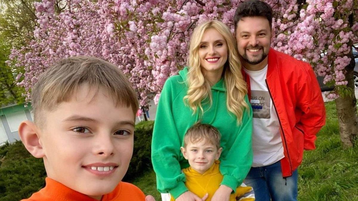 Ирина Федишин устроила семейную фотосессию у сакуры во Львове
