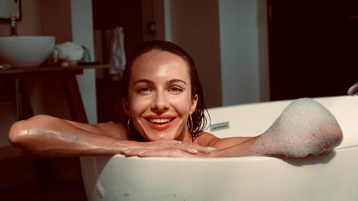 Дружина Остапчука показала спокусливе тіло в купальнику: фото