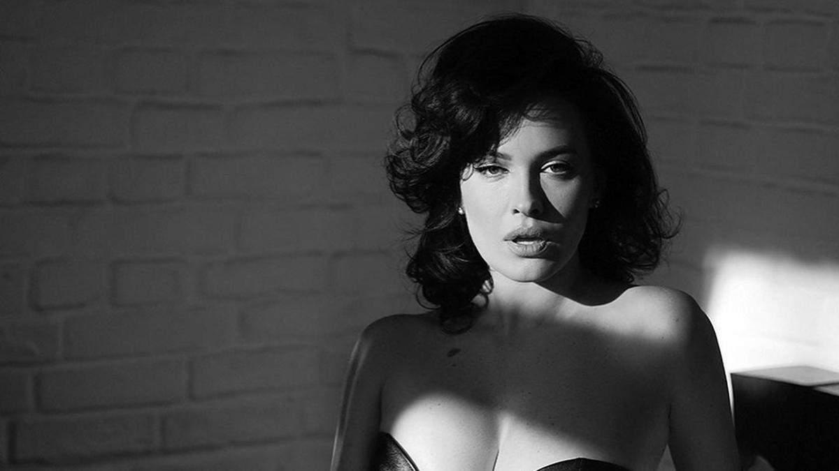 Даша Астафьева показала большую грудь в кожаном бюстгальтере: фото